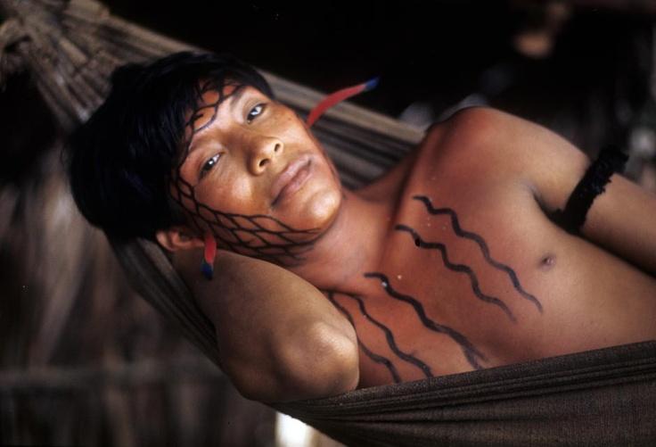 Claudia Andujar (1931) - Índios Aharaibus, norte do Rio Negro, Amazonas – 1971. Suíça de nascimento, Andujar chegou no Brasil em 1955 e naturalizou-se em 1975. Hoje, sem exageros, podemos afirmar que é o maior nome da fotografia brasileira. Envolvida na defesa dos povos indígenas, Claudia Andujar tem sua obra marcada pelo registro da cultura e história dos povos da terra.
