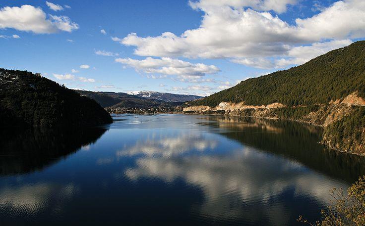 El lago Aluminé pertenece al departamento homónimo a la albúfera, provincia de Neuquén. Es de origen glaciario y ocupa un valle al pie del Volcán Batea Mahuida.