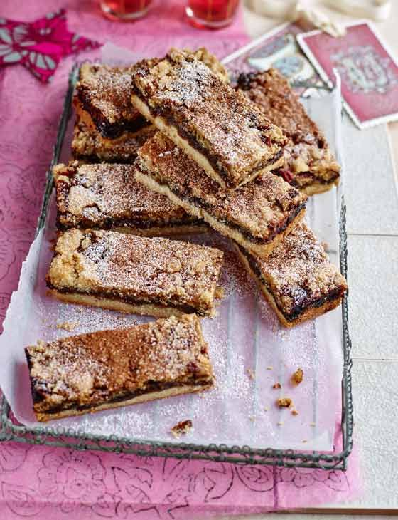 Mincemeat, pecan and cinnamon crumble bars | This recipe from Debbie Major is delicious and perfect for christmas!