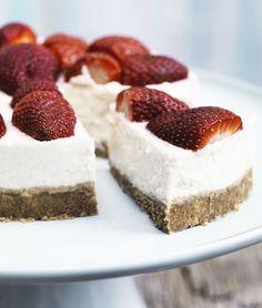 Koldskål-cheesecake med jordbær (Recipe in Danish)