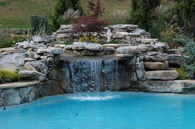 piscina con piedras cascada y agua reluciente