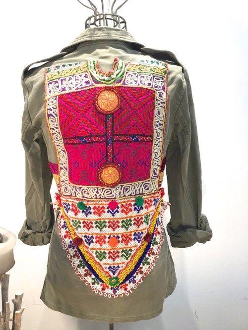 Hoy os raigo una marca muy singular, se llama Monikmo y su principal propuesta son las chaquetas militares vintage de los años 60 y 70 que están customizadas con telas y abalorios de estilo tribal....