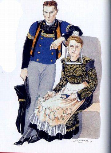 """Costume de Quimper 1940, Elle porte la coiffe """"Bourdelen"""" avec le costume de velours brodé d'or et le tablier de satin sans piécette.Il porte par-desus sa veste à encolure de velours froncéet aux manches garnies de velours, le """"chupen"""" traditionnel - son pantalon est de drap et le chapeau de feutre à velours fermé par d'une boucle"""