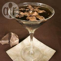 Chocolate Martini - Ein Cocktail für Schokoladenliebhaber - Schokoladenlikör und Wodka werden im Cocktailshaker gemixt und dann mit geriebener Schokolade garniert.@ de.allrecipes.com