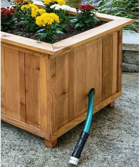 O curte frumos amenajata inseamna peisaje ca in basme. Idei de jardiniere din lemn pentru micile spatii cu flori colorate