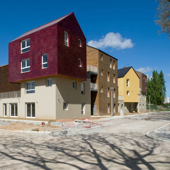 Jean-Luc Calligaro et Bruno Palisson de l'Atelier PO ont livré il y quelques semaines cette opération de 29 logements à Colombelles près Caen, dans le quartier Libéra.    Composé de 24 logements PLAI intermédiaires et de 5 maisons, ce projet surprend par sa typologie hybride, entre habitat collectif et individuel.