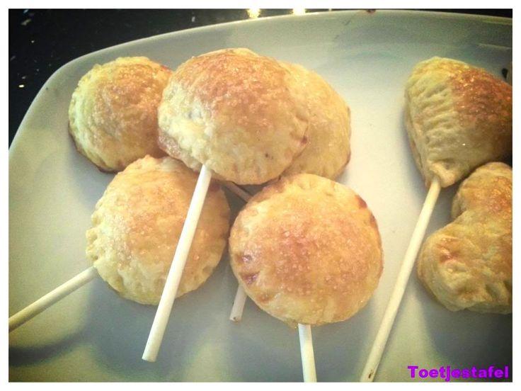 Alweer een heerlijk recept van Naziema:appel pops. Deze appel pops zijn een variatie op de ouderwetse maar o zo lekkere appelflap. Leuk om bijvoorbeeld met de kinderen te maken, uit te delen of voor een feestje!Heb jij ook een lekker en simpel gerecht?Stuur je recept (met foto) dan naar info@lekkerensimpel.com of stuur je recepthierin. Tijd: …