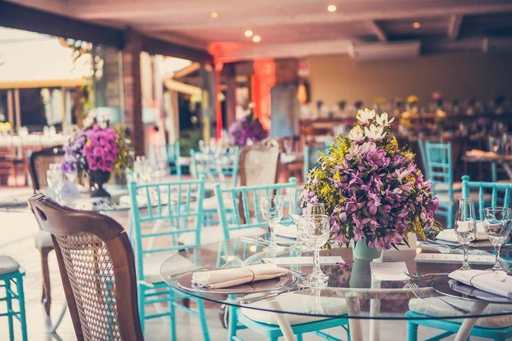 cadeiras-azuis-casamento-ao-ar-livre-Sâmia-e-Gabriel-Foto-Franco-Rossi