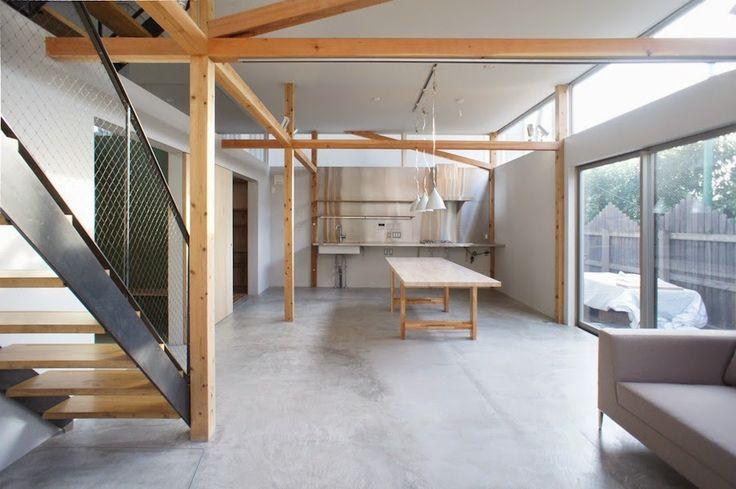 天井高を3.1mまで上げ、ハイサイドライトを全周させることで3方を囲まれた旗竿敷地にありながら十分な光量を得ている。床は一面モルタル仕上げで床暖房が備わる。   japan-architects.com: 成瀬・猪熊建築設計による住宅「スプリットハウス」