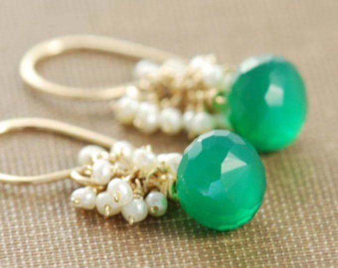 Puede cumpleaños verano pendientes de piedras preciosas verdes, oro cuelga los pendientes con racimos de perlas