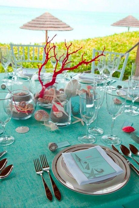 Qui a dit qu'un thème de mariage les pieds dans l'eau devait se limiter à un camaïeu de bleus et à la couleur blanche ? Ce magnifique corail posé en centre de table coupe court à cette idée reçue. Sublime et subtile.