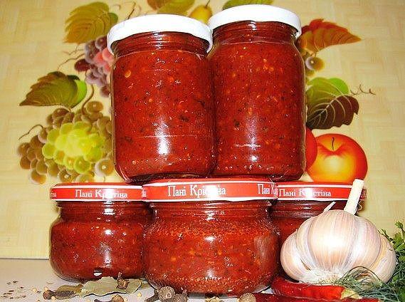 Рецепт №1 5 кг помидоров, 1 кг сладкого перца, 16 штук горького перца, 300 г чеснока, 0,5 кг хрена, 1 стак. соли, 2 стак. уксуса, 2 стак. сахара. Все перемолоть на мясорубке, включая семечки из перца (в нем обрезаются только хвостики и внутри он не вычищается), добавить сахар, соль, уксус, дать постоять минут 50, разлить по бутылкам. Кипятить не нужно. Хранится хорошо в бутылках без холодильника.  Рецепт №2 200 г чеснока, 4 палочки хрена, 2 пучка петрушки, 2 пучка укропа, 10 сладких перцев…