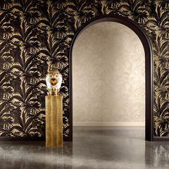 Parez vos murs d'or et de noir avec cet intissé VERSACE GIUNGLA.  Il se décline en version dorée sous les tropiques pour une décoration grandiose et pleine de caractère.  Votre décoration se pare de ses plus beaux atours avec nos collections luxe. Intemporelles, originales et somptueuses, elles se déclinent en papiers peints, peinture, rideaux et décors numériques qui illuminent et enjolivent murs et fenêtres.
