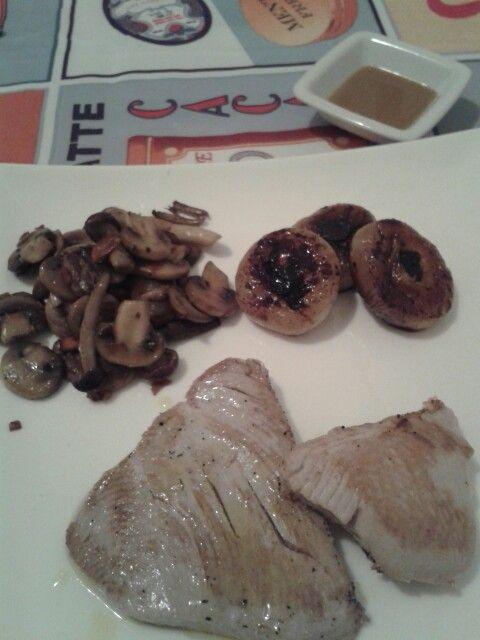 Trancio di tonno grigliato con cipolline caramellate e funghi saltati abbinato a salsa allo zenzero