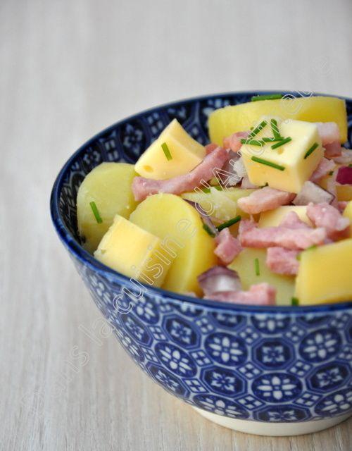 J'ai toujours aimé la salade de pommes de terre. Toute petite, dans les fêtes de famille, ma mamie faisait une salade pommes de terre-cervelas et j'adorais ça. On peut la manger froide ou tiède, en entrée, en plat complet, en pique-nique, dans la lunch...