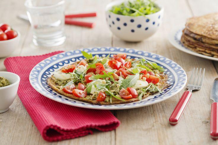 Volkoren pannenkoeken met mozzarella, pesto en tomaat. Ga voor het recept naar de website van Koopmans.