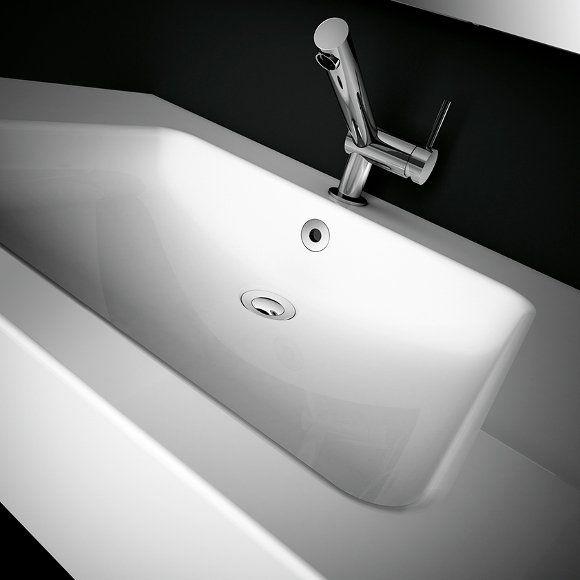 #lavabos y platos de #ducha en blanco y negro, mate o brillo, con un carácter contundente de #Cosmic. Fabricada en Vit-tech, acero vitrificado, la nueva colección Solid de Cosmic genera unas formas sólidas y compactas que se integran a la perfección en el entorno del baño. Los cantos redondeados de los lavabos facilitan su limpieza e incluyen las prácticas #válvulas de tipo clik-clack (cromo, blanco o negro) que se pueden abrir y cerrar con los dedos.