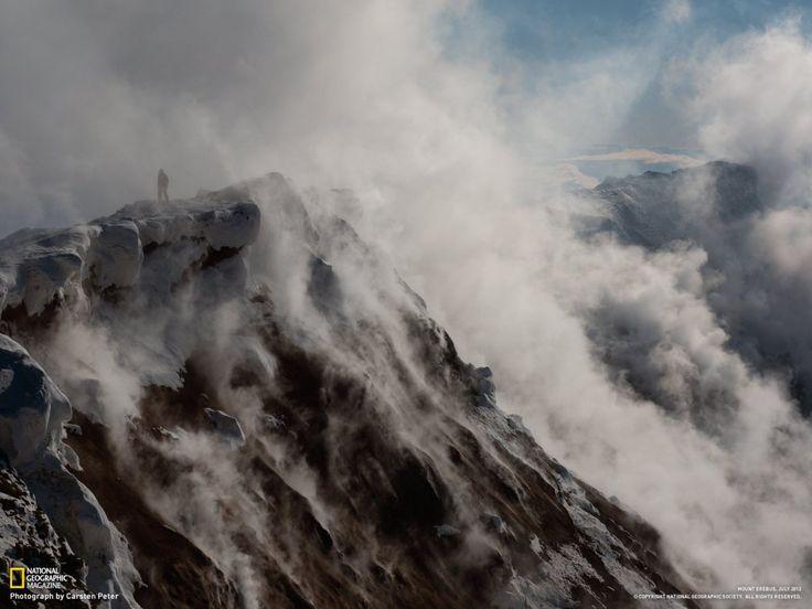 Un chercheur surplombe le cratère du Mont Erebus, un volcan situé sur l'île de Ross en Antarctique