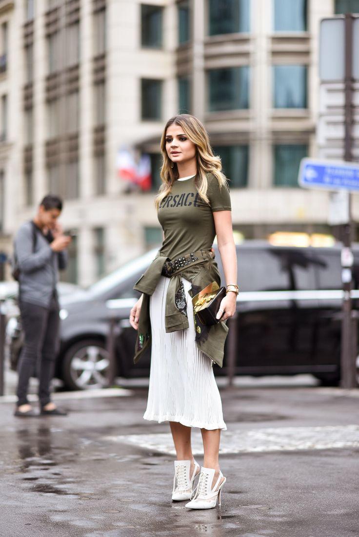 look de streetstyle Thassia em Paris: saia branca, sapato vitoriano, t-shirt e jaqueta militar
