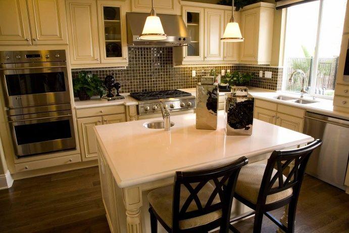 Белая классическая кухня из массива с островом: купить всё необходимое и получить консультацию дизайнера вы можете в Центре дизайна и интерьера 'ЭКСПОСТРОЙ на Нахимовском'