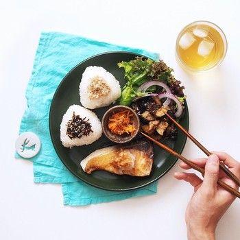 和朝食のワンプレート。おにぎりに、ぶり、金平にサラダと、ほっと落ち着くメニューです。箸を持つ手が、今から食べますよという感じが伝わってきます♪お料理によってフォークを持っていたり、サーブしていたり、バラエティに富んでいます。
