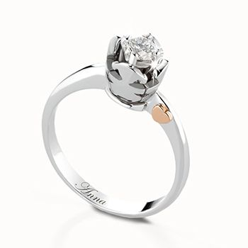 Anello solitario in oro bianco con castone maschietto o femminuccia (modello cestino) in oro bianco e diamante da ct 0,10 G VS a ct 1,00 F IF. Personalizzabile con l'incisione del nome. #lebebe #solitario #oro #diamanti