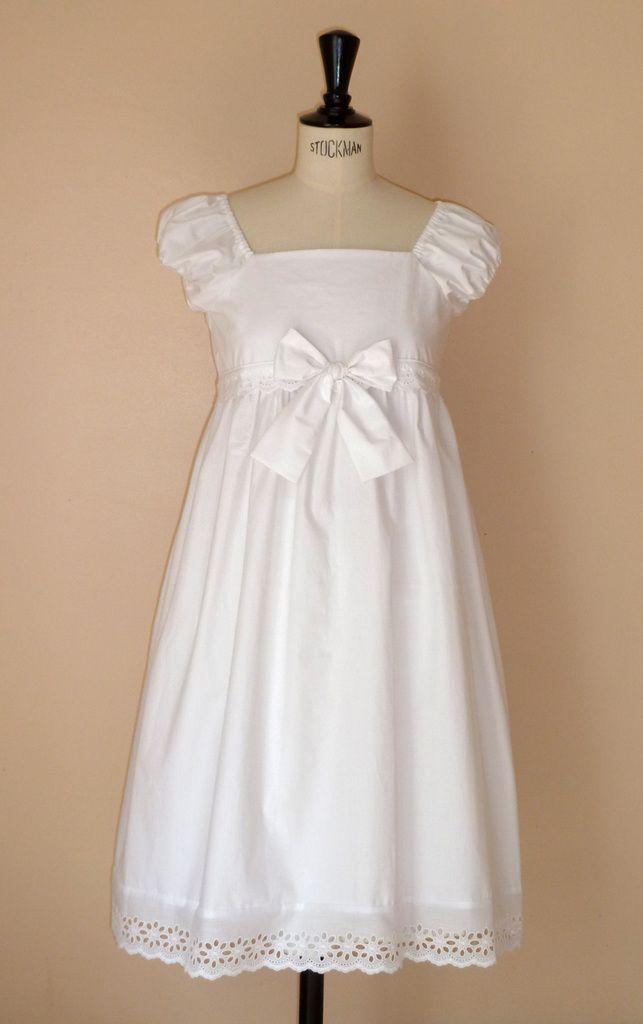pour une grande fille de 10 ans, robe réalisée sur mon modèle Azénor avec ajout de broderies anglaises sur la ceinture haute et en bas de la robe. le modèle original est long mais la robe est ici, sous le genou.