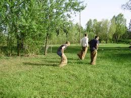 La corsa nei sacchi è un particolare tipo di corsa dove i partecipanti devono avanzare con le gambe infilate, e spesso legate, all'interno di un sacco