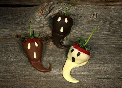 As guloseimas engraçadas entram no clima de halloween, docinhos com o personagem Jack e ainda morangos assustados banhados a chocolate. Fotos: Disneydreamming, Onyourwall