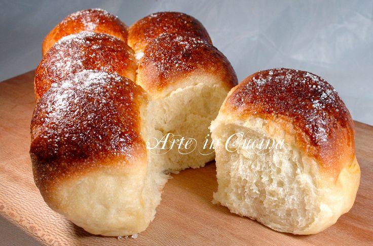 Pan brioche sofficissimo con pasta madre, ricetta dolce da colazione, pan brioche morbido. idea per feste e buffet, da farcire dopo o prima della cottura.