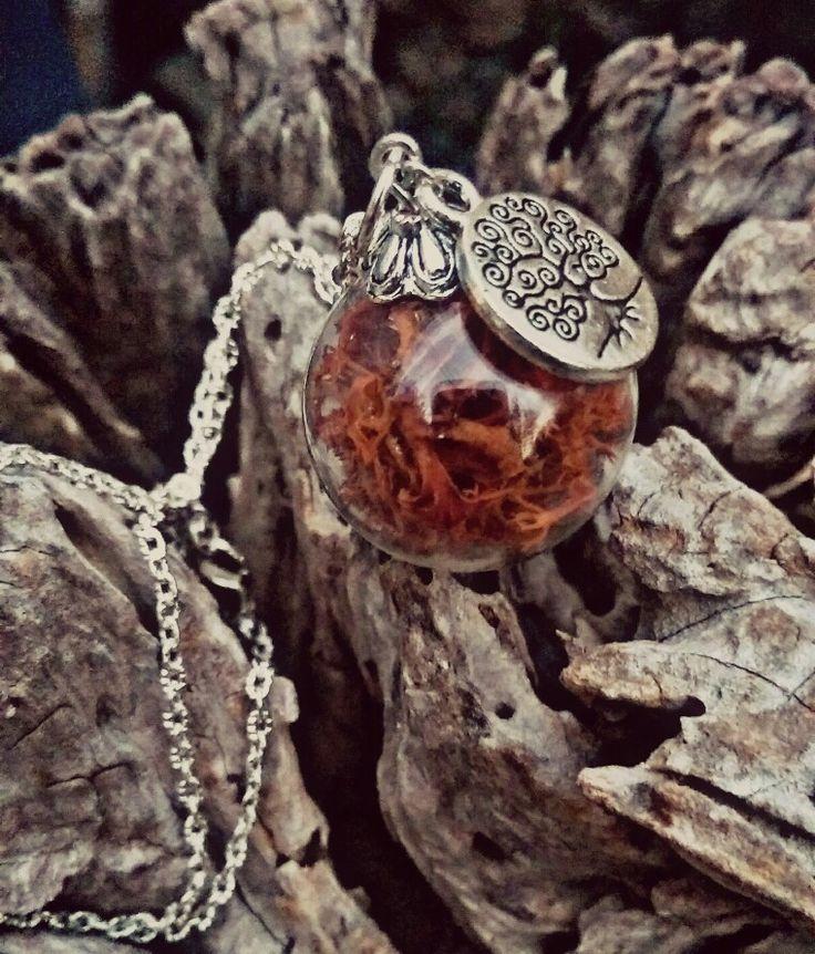Collana sfera di vetro con muschio marrone e piccolo charm albero della vita