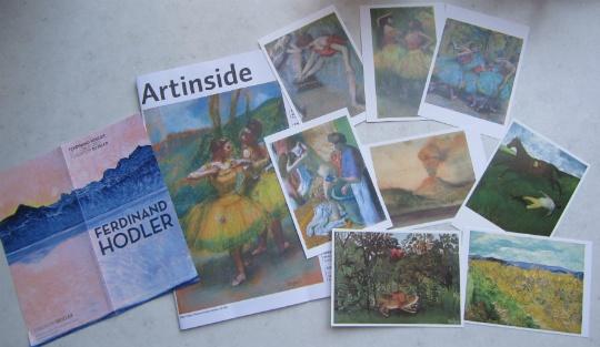 美術館内は撮影禁止のため、絵葉書やパンフレットにてこの日見た絵画のほんの一部をご紹介。絵葉書、一番上の列、左からドガ「踊り子達」「舞台入り前」「三人の踊り子(青いスカート、赤いコサージュ)」真ん中左からドガ「浴後の朝食」「ヴェスヴィオ山」「負傷したジョッキー」。一番下は常設展の作品、左からアンリ・ルソー「飢えたライオン」、ヴィンセント・ヴァン・ゴッホ「矢車菊の咲く小麦畑」。バイエラー財団美術館パンフレット「Artinside」の表紙は「黄色いスカートの踊り子」。一番左のパンフレットの表紙は、2013年5月26日から同美術館で始まる特別展「フェルディナンド・ホドラー」の「明け方のモンブランとジュネーヴ湖」。