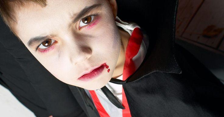 Como costurar uma capa de vampiro. Nenhuma fantasia de vampiro está completa sem uma capa longa e esvoaçante. Contudo, se você gastou muito tempo e esforço com o resto da fantasia, um pedaço de pano amarrado em torno dos ombros não irá funcionar. Fazer uma capa para completar o seu traje de Halloween ou de festa a fantasia é um processo relativamente simples e, uma vez que se sabe ...