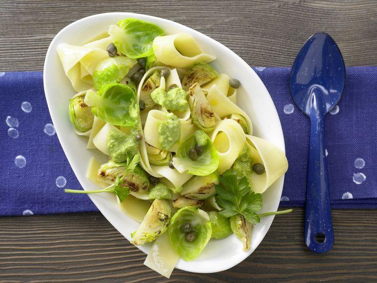 Rosenkohl-Pasta - mit Petersilien-Pesto - smarter - Kalorien: 462 Kcal - Zeit: 30 Min. | eatsmarter.de Pasta mit Rosenkohl - mmmhhh.... Ein Gericht für die ganze Familie.