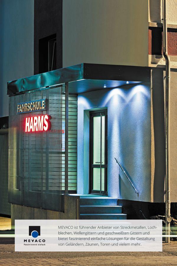 Architekt Thomas Ladehoff schuf einen modernen Windfang. Graffitischutz, Lichtdurchlässigkeit, Platz für Werbung. Multifunktional und schön. Mehr unter http://www.mevaco.de/fascination-11 #MEVACO #Lochblech #Edelstahl #Windfang #FaszinationNo11