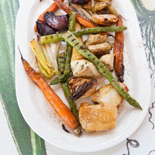 Deze geroosterde groente uit de oven zijn lekker veelzijdig. Je schuift ze in de oven en klaar is kees, makkelijk zat!Geroosterde groenten zijn heerlijk als bijgerecht bij vlees of vis, door de couscous heen of als gezonde borrelhap met een...