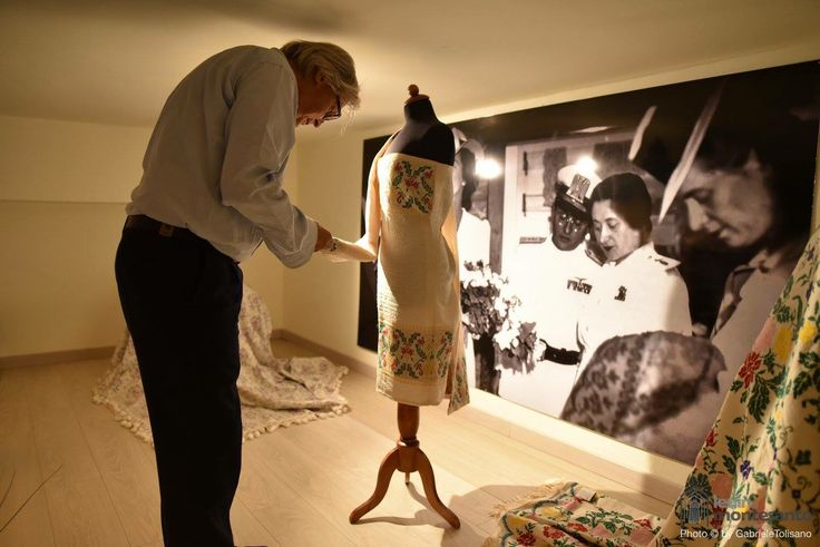 Vittorio Sgarbi visita lo store Celestino Tessuti