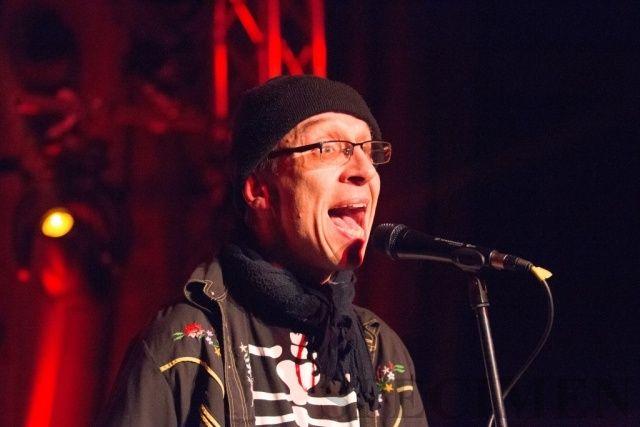 Schau Dir das Bild an auf Fotografie Torsten Fleuren: Zwakkelmann Schlafke auf der Bühne mit Stromgitarre