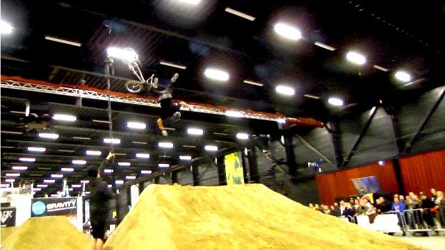 Skateboarden, wakeboarden, BMX, Mountain Bike, Trail bike en nog veel meer in de TT-hall in Assen. Het Zero Gravity Expo event was een multi action sports event.   Muziek van O.Crow - 8 Bit Robot -- via Rub A Duc van het album Bass in ya Face. Video Podcast by Johnny Dertien @Johnny Dertien   Check out this episode! http://iskateboard.libsyn.com/zero-gravity-expo-iwkb-35