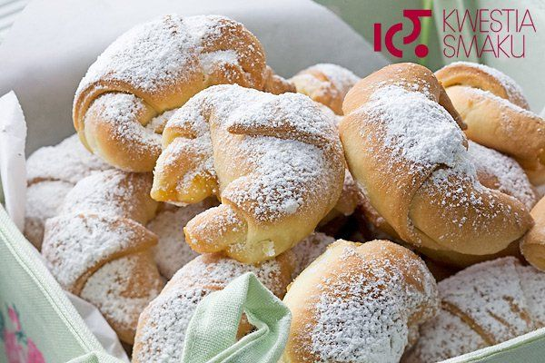 Kruche małe rogaliki z ciasta drożdżowego wypełnione marmoladą lub wiśniami