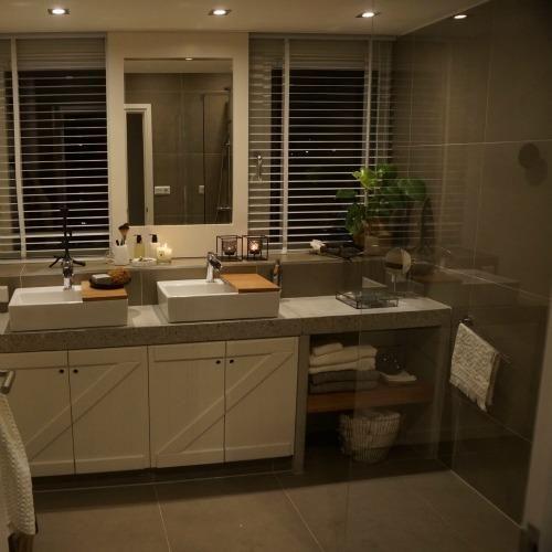 De badkamer in Ons Eigen Huis is af! - Eigen Huis en Tuin. Railsysteem Storemax voor spiegel voor het raam langs.