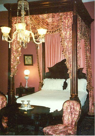 Pink bedroom in the Rosalie Mansion