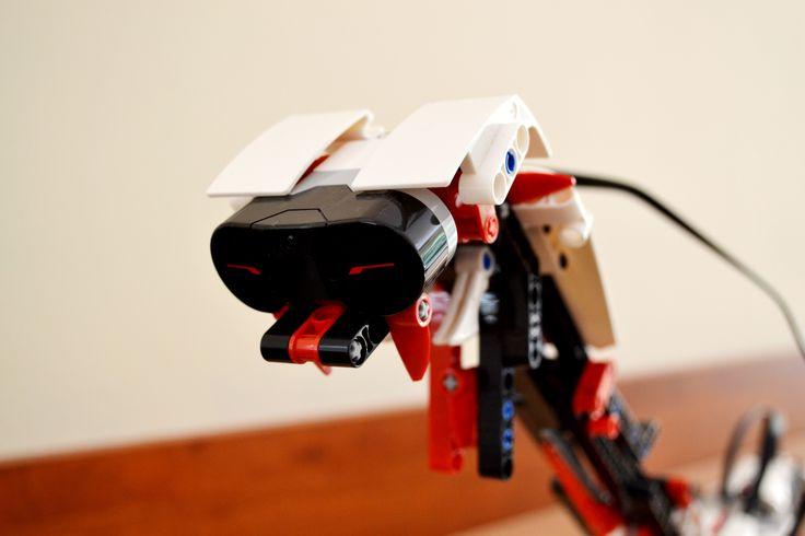 """Nasze zajęcia to nie proste """"układanie klocków"""", ale konstruowanie robotów, które będą potrafiły wykonywać rozmaite czynności. Do użytku naszym kursantom przekazujemy serwomotory, przekładnie zębate, ruchome dźwignie, wysięgniki oraz mikrokontrolery, które umożliwiają sterowanie skonstruowanym robotem. Układy dają możliwość kreatywnego łączenia, a twórczość konstruktorów ogranicza jedynie ludzka wyobraźnia."""