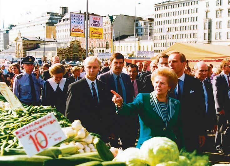 Thatcher kävi tutustumassa Helsingin Kauppatorin tarjontaan Suomen-vierailullaan elokuussa 1990. Kuva: HS-arkisto.