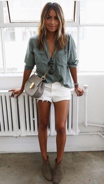 Haz de una camisa de vestir gris y unos pantalones cortos vaqueros blancos tu atuendo para conseguir una apariencia glamurosa y elegante. Un par de botines de ante grises se integra perfectamente con diversos looks.