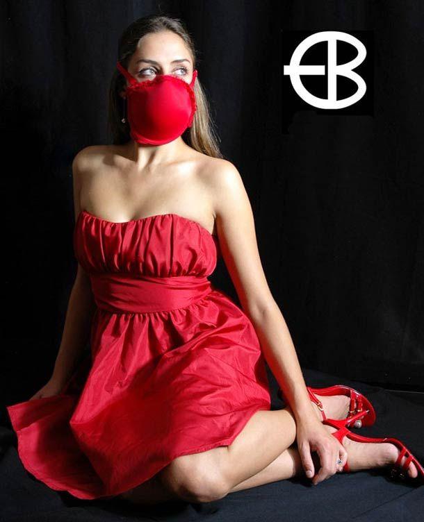 RAD Emergency Bra – Un soutien-gorge avec capteur de radiation qui se transforme en deux masques à gaz