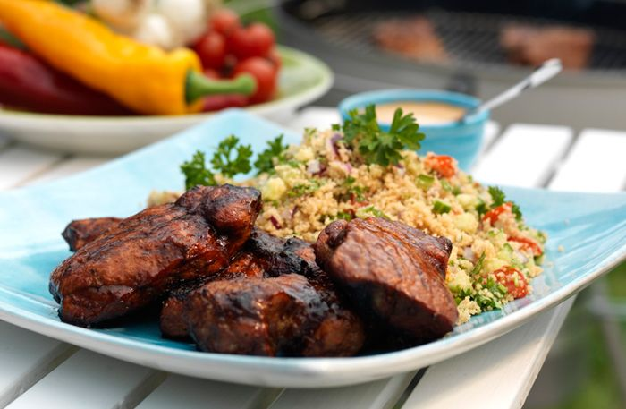 Bjud på en mör och smakrik fläskkarré direkt från grillen. Servera med en fräsch bulgursallad och BBQ sås!