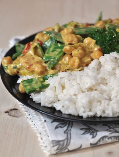 Veganes Kichererbsen-Curry mit Zuckerschoten und Kokosreis
