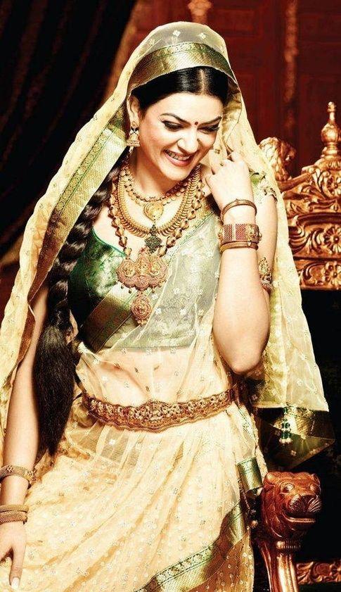 Smiling Divas of Bollywood!