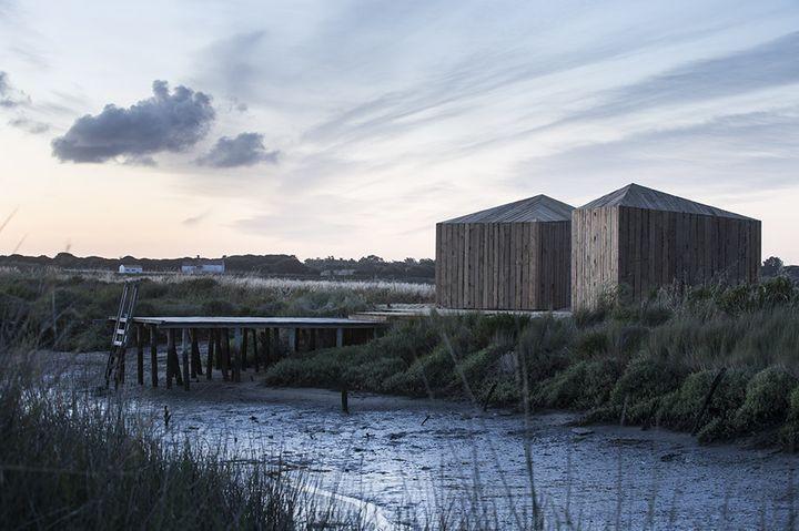 """Aires Mateus Architects / """"Cabanas no Rio"""", un rifugio in riva al fiume"""